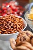Koekjes en pretzels in kommen, ondiepe DOF Stock Afbeeldingen