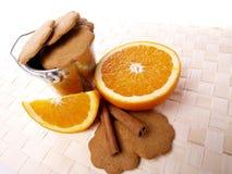 Koekjes, kaneel en sappige sinaasappelen Stock Foto