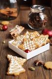 Koekjes in Kerstbomen en sterren worden gevormd die Royalty-vrije Stock Afbeeldingen