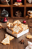 Koekjes in Kerstbomen en sterren worden gevormd die Stock Foto