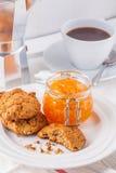 koekjes, koffie, oranje marmelade Royalty-vrije Stock Fotografie