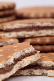Koekjes met chocolade worden gevuld die Stock Foto's