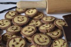 Koekjes met chocoladegezichten, met chocoladeglimlachen Stock Foto's
