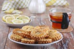 Koekjes met citroengestremde melk Stock Foto's