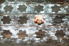 Koekjes met gepoederde suiker op zijn oppervlakte worden bestrooid die horizonta Stock Foto's