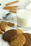 Koekjes met glas melk royalty-vrije stock afbeelding