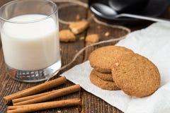 Koekjes met glas melk stock afbeeldingen