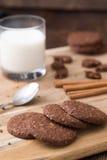 Koekjes met glas melk op natuurlijke houten lijst stock fotografie