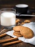 Koekjes met glas melk op natuurlijke houten lijst royalty-vrije stock afbeeldingen
