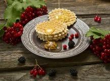 Koekjes met honing, noten en braambes Royalty-vrije Stock Foto's