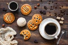 Koekjes met jam en koffie op houten lijst royalty-vrije stock afbeeldingen