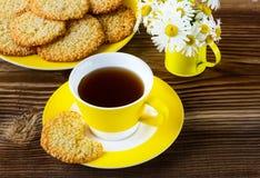 Koekjes met sesam op een gele plaat Stock Afbeelding