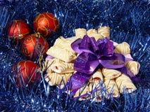 Koekjes met violet boog en Re Stock Afbeeldingen