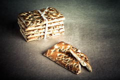Koekjes met zaden met een lint op lichte achtergrond worden gebonden die gestemd Royalty-vrije Stock Fotografie
