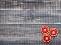 Koekjes op houten lijst Foto in retro kleurenstijl stock afbeelding
