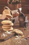 Koekjes op houten plank, crumbs en koffiebonen Royalty-vrije Stock Afbeelding