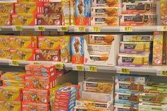 Koekjes op supermarktplanken stock foto's