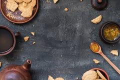 Koekjes, oranje jam, thee op donkere achtergrond, exemplaarruimte Royalty-vrije Stock Foto's