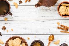 Koekjes, oranje jam, thee op witte houten achtergrond, exemplaarruimte Stock Afbeelding