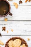 Koekjes, thee, anijsplant op witte houten achtergrond, exemplaarruimte Stock Afbeeldingen