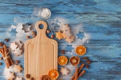 Koekjes van de Kerstmis de eigengemaakte peperkoek, kruiden en scherpe raad Royalty-vrije Stock Fotografie