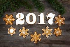 Koekjes van de Kerstmis de eigengemaakte peperkoek op lijst, nieuw jaar 2017 Stock Foto's