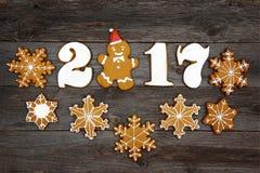 Koekjes van de Kerstmis de eigengemaakte peperkoek op lijst, nieuw jaar 2017 Royalty-vrije Stock Afbeelding
