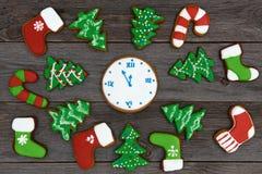 Koekjes van de Kerstmis de eigengemaakte peperkoek op lijst, nieuw jaar 2017 Stock Foto