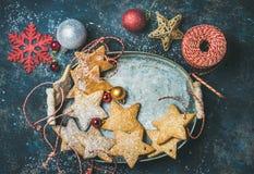 Koekjes van de Kerstmis de ster gevormde peperkoek, decoratieve sneeuwvlokken, ballen en speelgoed Royalty-vrije Stock Afbeeldingen