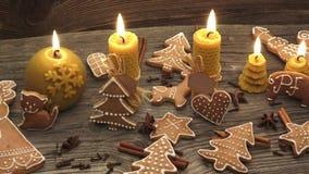 Koekjes van de Kerstmis de eigengemaakte peperkoek op houten bureau stock footage
