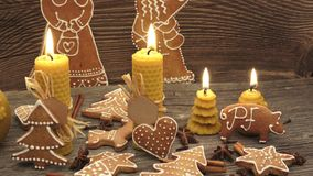 Koekjes van de Kerstmis de eigengemaakte peperkoek op houten bureau stock video