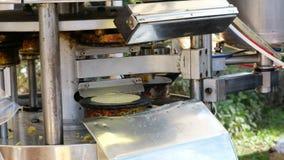 Koekjes van de de machine de traditionele anijsplant van Brigidinilamporecchio van Pistoia stock videobeelden