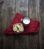 Koekjes van de organische, gluten de vrije suiker met melk Stock Afbeeldingen