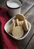 Koekjes van de organische, gluten de vrije suiker met melk Stock Afbeelding