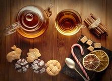Koekjes van de thee de zoete suiker op houten lijst (hoogste mening) Stock Fotografie