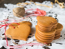 Koekjes van honingsdeeg dat worden gemaakt stock fotografie