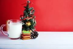 Koekjes voor Kerstman: gemberkoekjes, melk en Kerstmisboom Stock Foto's