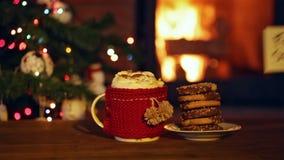 Koekjes voor santa bij de open haard stock footage