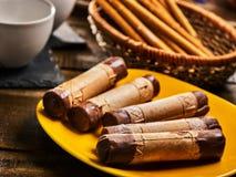 Koekjes zoet voedsel op broodjes van het ontbijt de Knapperige wafeltje met room stock afbeelding