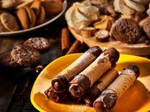 Koekjes zoet voedsel op broodjes van het ontbijt de Knapperige wafeltje met room stock foto