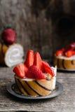 Koekjesbroodje met aardbeien en chocolade Stock Foto's