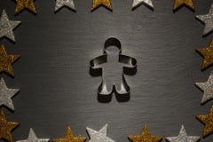 Koekjessnijder voor de peperkoekmens op leiachtergrond Stock Foto
