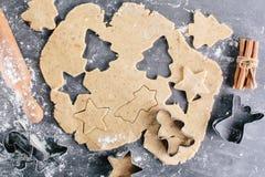Koekjesvorm Deeg voor gemberkoekjes Stock Fotografie
