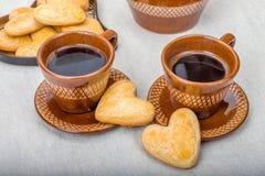 Koekjesvorm van hart, twee koppen van koffie Stock Afbeeldingen