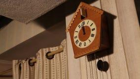 Koekoeksklok, oude koekoeksklok op de muur, retro klok stock footage