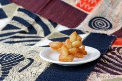 Koeksisters, traditionelle südafrikanische gebratene Plätzchen auf einer Platte Stockbilder