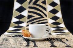Koeksisters, traditionelle südafrikanische gebratene Plätzchen mit Kaffeetasse Stockbilder