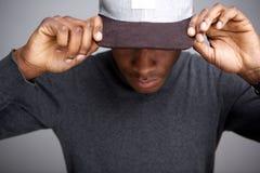 Koel Afrikaans Amerikaans mannelijk model met hoed die neer eruit zien royalty-vrije stock foto's