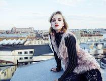 Koel blond echt meisje die selfie op dakbovenkant maken, levensstijlmensen stock foto