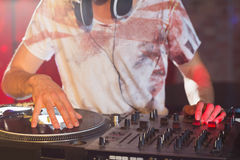 Koel DJ die de dekken spinnen royalty-vrije stock foto